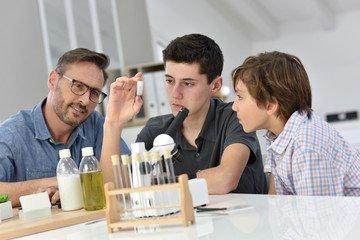 Vì sao học sinh cần gia sư môn hóa lớp 8?